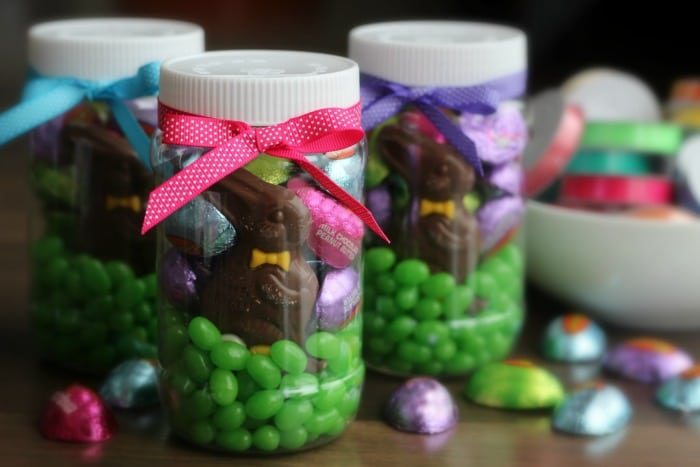 Make an easter mason jar filled with goodies gluesticks save negle Images