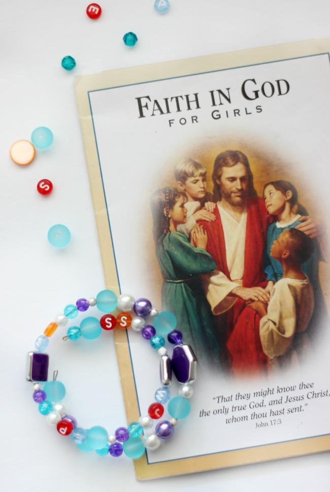 prayer bracelet next to faith in god booklet