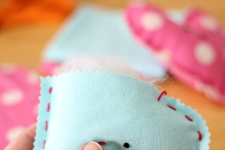 Looking for an easy sewing project for kids? Look no further! These heart plushies come together quickly and are SO CUTE and easy to customize!