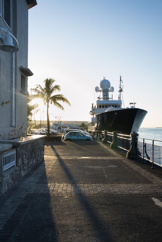 Schiff im Hafen von Port Louis, Mauritius