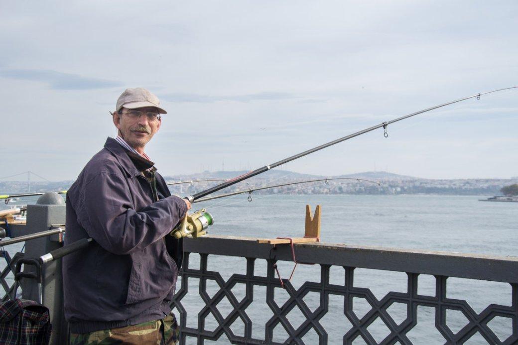Fischer Angler auf der Galatabrücke in Istanbul, Türkei