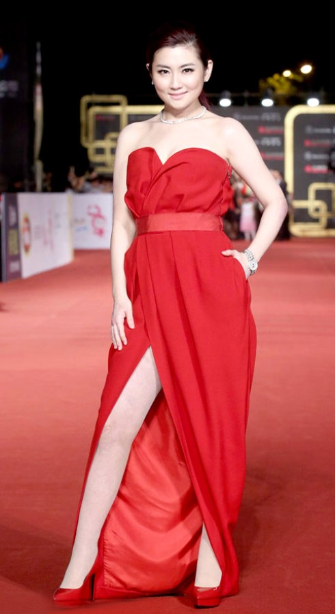 Selina擔任主持人一席紅色禮服令人驚豔。