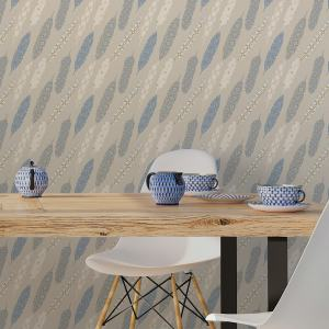 "Beige moderne Tapete ""Fancy Feathers"" mit dekorativem Feder Muster angepasst an Farrow and Ball Wandfarben"