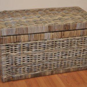 Ratanová truhla s pevnou mahagonouvou konstrukcí a výpletem z přírodního ratanu kubu v přírodní šedé barvě.