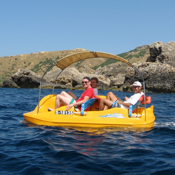 A hired paddle boat from Ġnejna