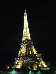 Eiffel Tower 'dancing' on the hour