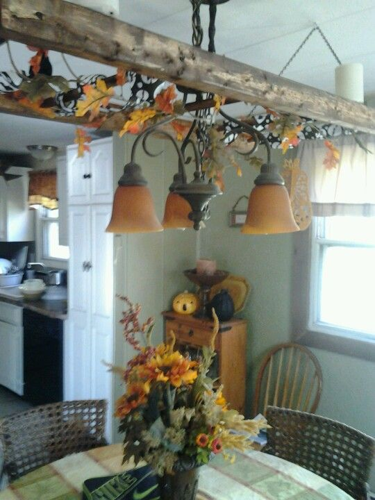 إعادة تدوير سلم قديم وتحويله إلى ديكور فى سقف غرفه الطعام