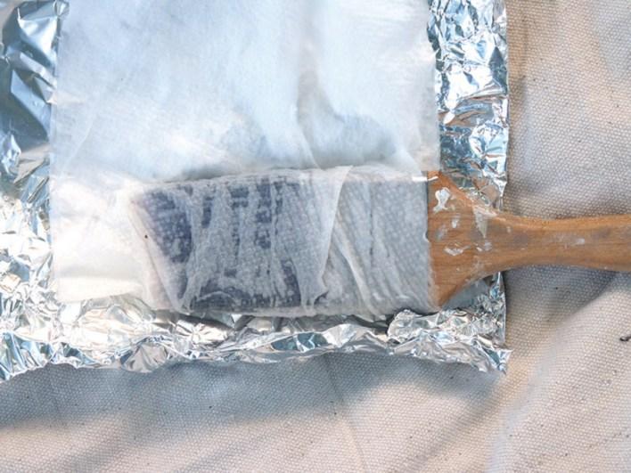 حافظ على فرش الطلاء رطبة باستخدام ورق الألمونيوم