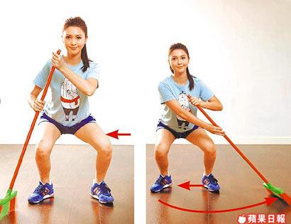 Step.4 左腳也往右側水平跨一步,再將掃帚往左側移動掃地。持續保持深蹲平移動作,重心壓低,邊移邊掃地如步驟2-4,可藉由深蹲動作鍛鍊臀腿曲線。