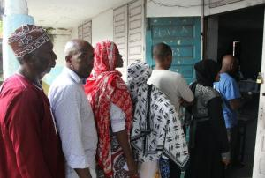 Voters queue in the Comoros capital Moroni to cast their ballots for the presidential election from a crowded field of 25 candidates on February 21, 2016 (AFP Photo/Ibrahim Youssouf)