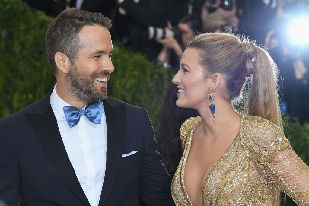 blake-lively-ryan-reynolds-looking-each-other-lovingly