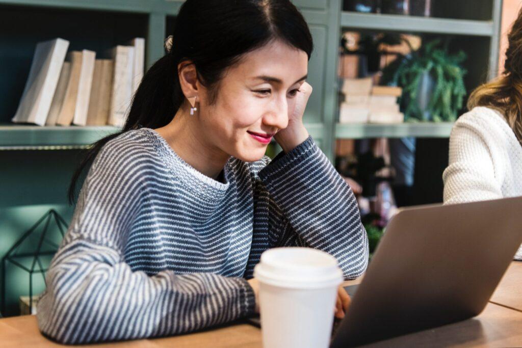 Woman-smiling-at-laptop