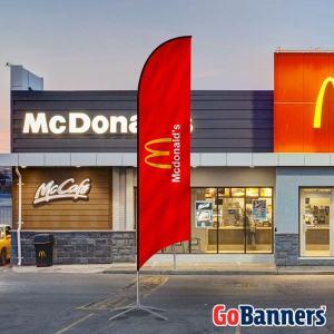 Wind Banner modelo pena em frente a loja do McDonald's
