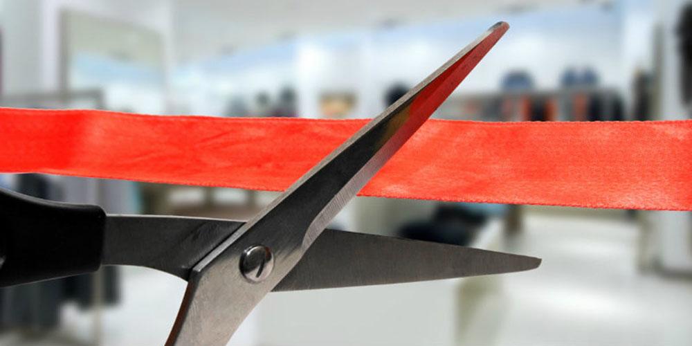 ideias para inauguração de loja - tesoura cortando fita vermelha