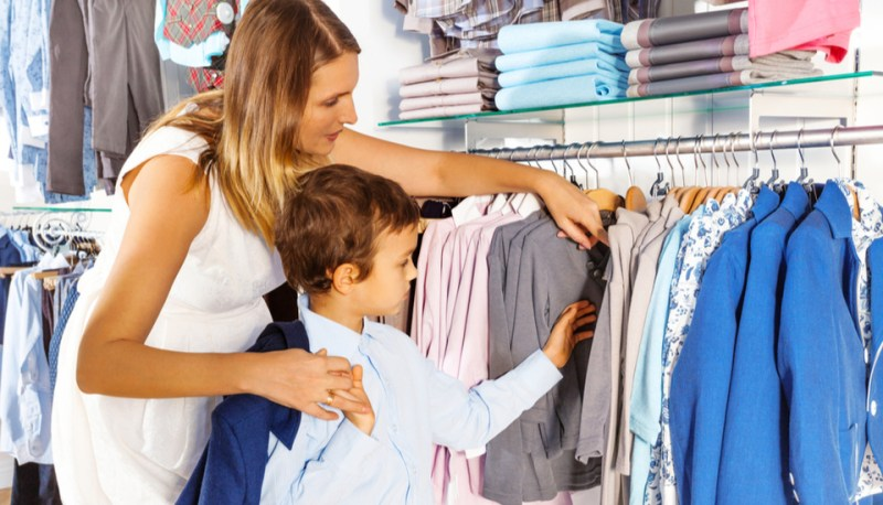 Shopper Marketing - mãe que vai comprar uma roupa para seu filho