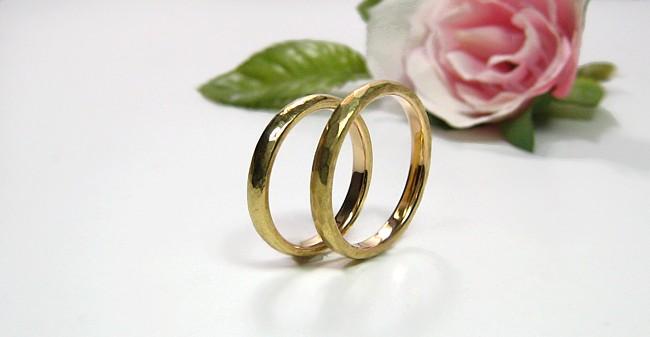 人気の結婚指輪・ハンマー仕上げ