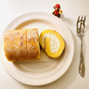 7プレミアム ふんわり手巻きのロールケーキをお皿に盛り付け
