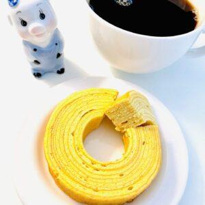 金のしっとりバウムクーヘンと子豚とコーヒー