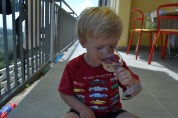 Otto njuter av kall citronsaft