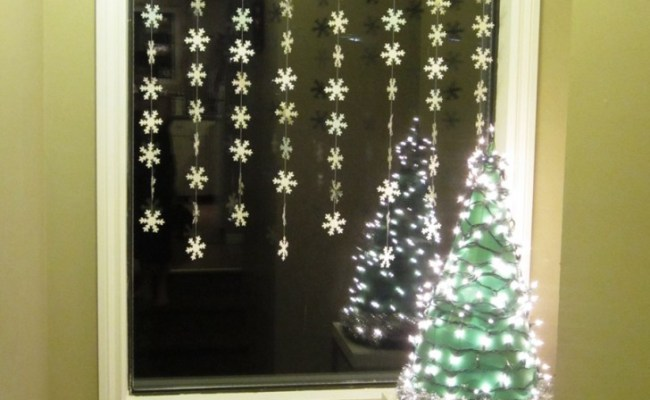 Cozy Window Decoration Inspirations For The Festive Eve