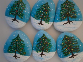 Beautiful christmas rock painting ideas (25)