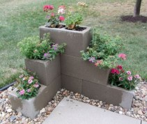 Ways to decorate your garden using cinder blocks 23