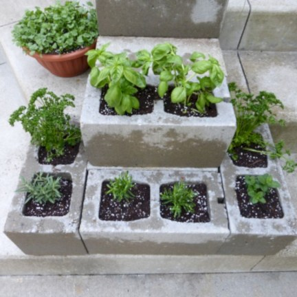 Ways to decorate your garden using cinder blocks 24
