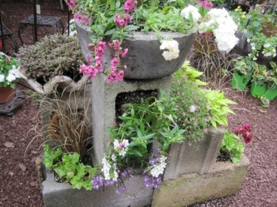 Ways to decorate your garden using cinder blocks 37