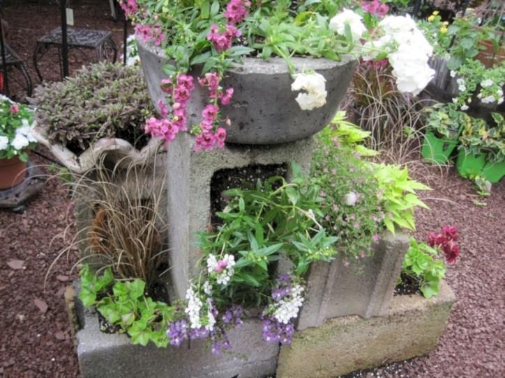Ways to decorate your garden using cinder blocks 37
