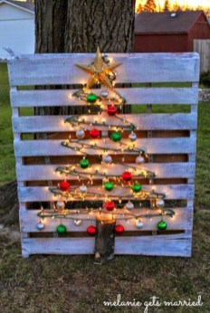 Ways to make your own christmas tree from pallet wood 01