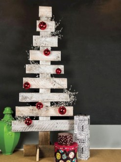 Ways to make your own christmas tree from pallet wood 02