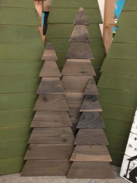 Ways to make your own christmas tree from pallet wood 19