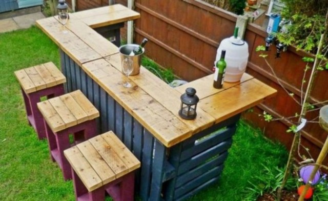 Make a garden bar out of wood pallet