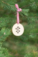 Creative diy rustic christmas decorations with wood 34