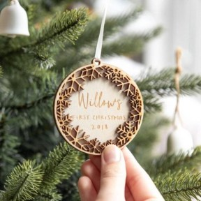 Ways to decorate your home with snowflakes and baubles 07