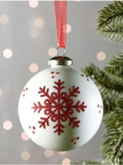Ways to decorate your home with snowflakes and baubles 17