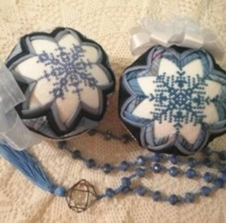 Ways to decorate your home with snowflakes and baubles 19