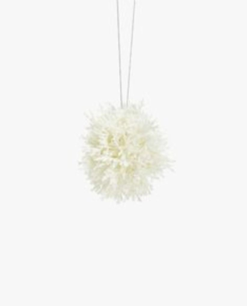 Ways to decorate your home with snowflakes and baubles 22
