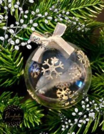 Ways to decorate your home with snowflakes and baubles 23