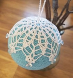 Ways to decorate your home with snowflakes and baubles 45