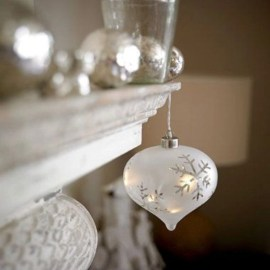 Ways to decorate your home with snowflakes and baubles 50