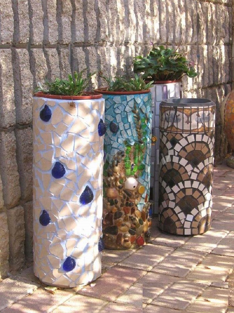 Diy cylindrical mosaic garden planters DIY Delightful Mosaic Decorations To Spruce Up Your Garden Look