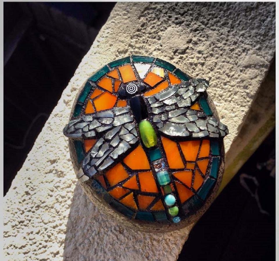 Diy dragonfly mosaic garden decoration DIY Delightful Mosaic Decorations To Spruce Up Your Garden Look