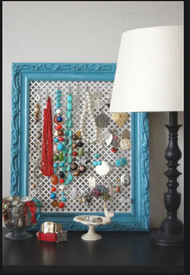 Picture frame jewellery holder Precocious DIY Ideas To Repurpose Old Picture Frames That Truly Functional And Inexpensive