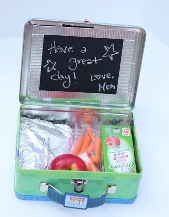 Diy metal lunch box with creative chalkboard piece Spectacular DIY Launch Box Ideas That Is Lovely For Kids And Adults