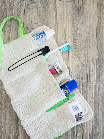 Diy washcloth travel kit for toothbrushes DIY Indispensable Travel Bags You Can Create In A Weekend