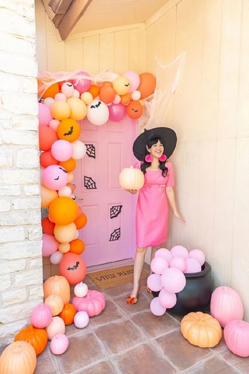 Front door decoration with balloons