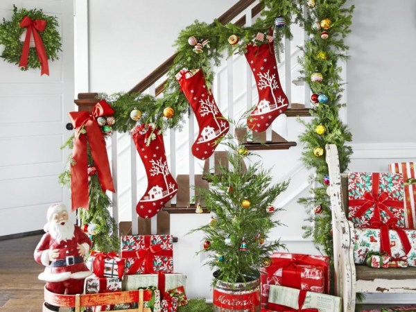 Staircase christmas decoration ideas to get super cool look