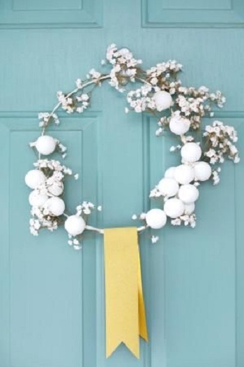 White winter wreath Conspicuous DIY Christmas Wreaths To Offer You A Captivating Decoration
