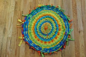 Diy round old t-shirt rug